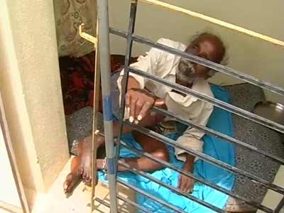 Video : In Bangalore, he was found chained on roof of son's house