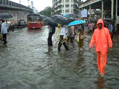 Video : Torrential rains disrupt Mumbai; trains, flights delayed