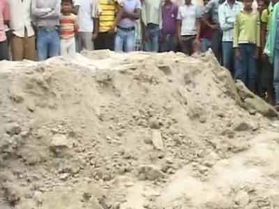 Video : Outside Bihar school, a mass grave marks families' anger, grief