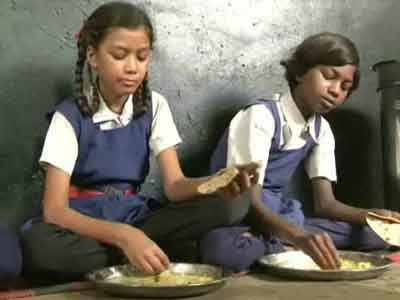 Video : Test mid-day meals on stray dogs, say teachers in Madhya Pradesh