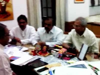 Video : Telangana: Seven Congress MPs quit, four central ministers climb down