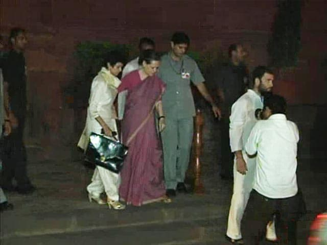 Video : Sonia Gandhi admitted at AIIMS, Prime Minister among visitors