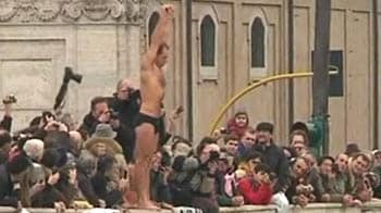 Video : Traditional Roman New Year's dive