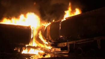 Video : Suspected militants set fire to oil tankers