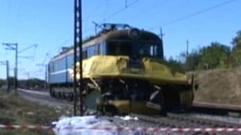 Video : Train collides with bus