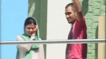 Video : Dhoni and wife arrive in Ranchi