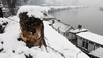 Video : Kashmir Valley gets its first snow of the season