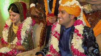 Video : Dhoni's new look for Mrs Dhoni!