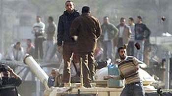 Video : Egypt unrest: Tanks move into Cairo protest square