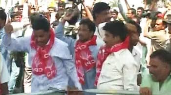 Video : Telangana protesters clash with police
