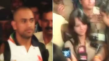 Video : Dhoni, Sakshi surrounded by fans at airport