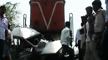Video : ट्रेन से टकराई बोलेरो