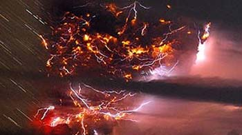 Video : Lightning turns ash cloud into a spectacular show