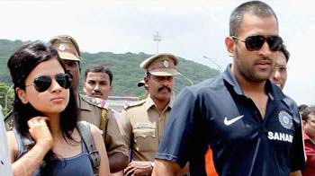 Video : Sakshi gets her 'act' together with Dhoni