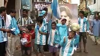 Video : Kolkatans draped in blue and white