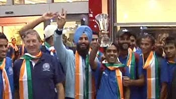 Video : Hockey players refuse to take Rs. 25,000 cash prize
