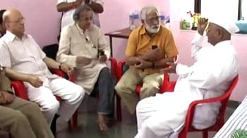 Video : Pak team meets Anna for tips on anti-graft crusade