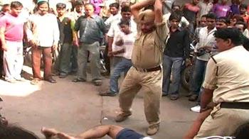 Video : बीमार को सरेआम लाठियों से पीटा पुलिस ने...