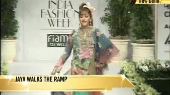 Video : Jaya Prada walks the ramp