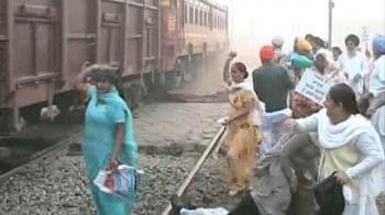 Video : Protestors stall Shatabdi near Ludhiana