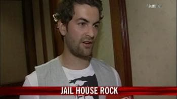 Video : Neil gets locked up