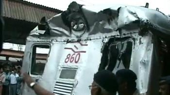 Video : Mumbai: Two local trains crash