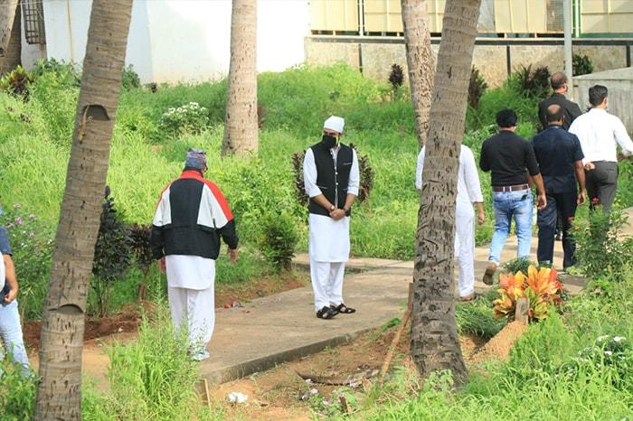 Amitabh And Abhishek Bachchan Attend Dilip Kumar\'s Funeral