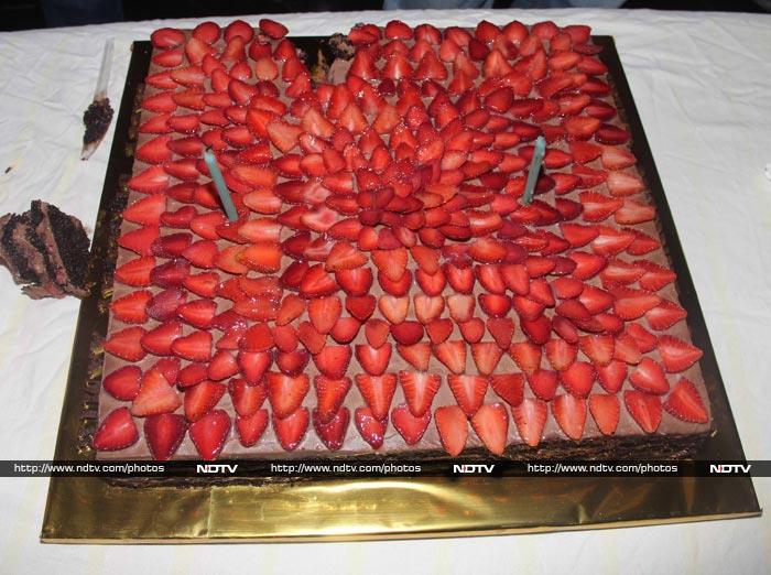 Andaz Apna Apna: Aamir\'s Birthday Celebrations Begin With Yummy Cake