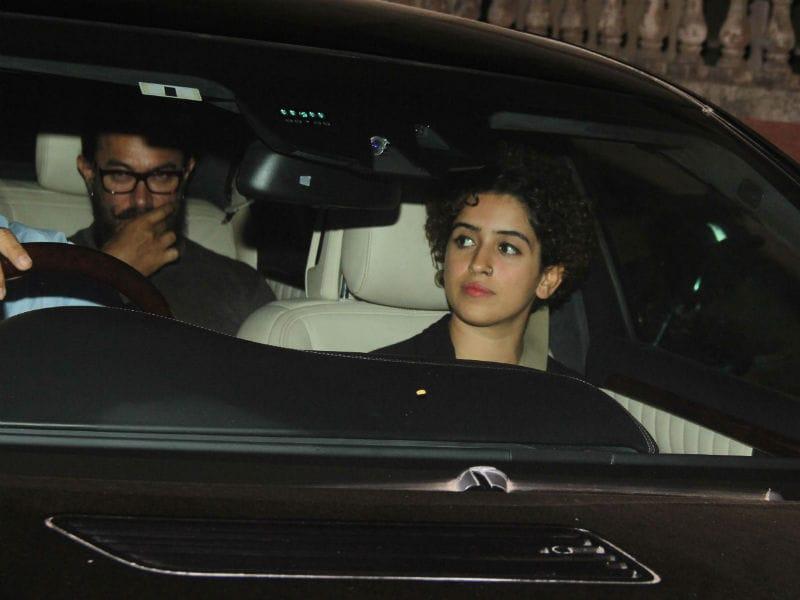 Photo : अभी भी 'दंगल' की बेटियों के साथ ही घूमते हैं आमिर खान