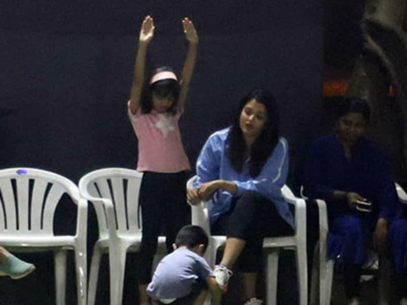 Photo : अभिषेक बच्चन को चीयर करने पहुंचीं बेटी आराध्या और पत्नी ऐश्वर्या राय बच्चन