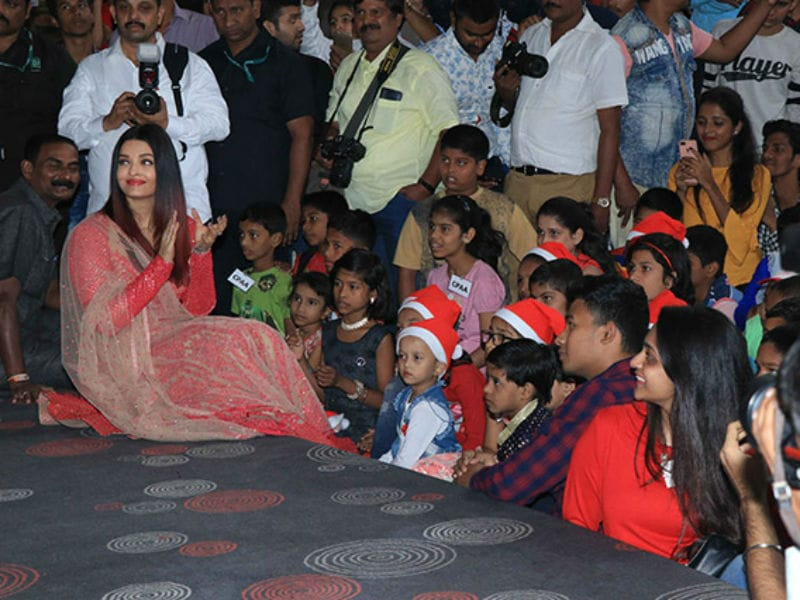 Aishwarya Rai Bachchan Celebrates Christmas With Cancer Survivors