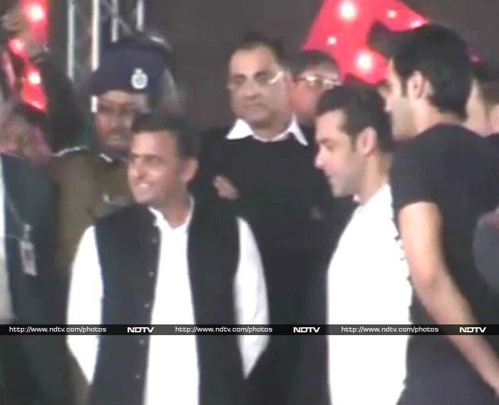 Salman\'s Khantastic handshake with Akhilesh Yadav