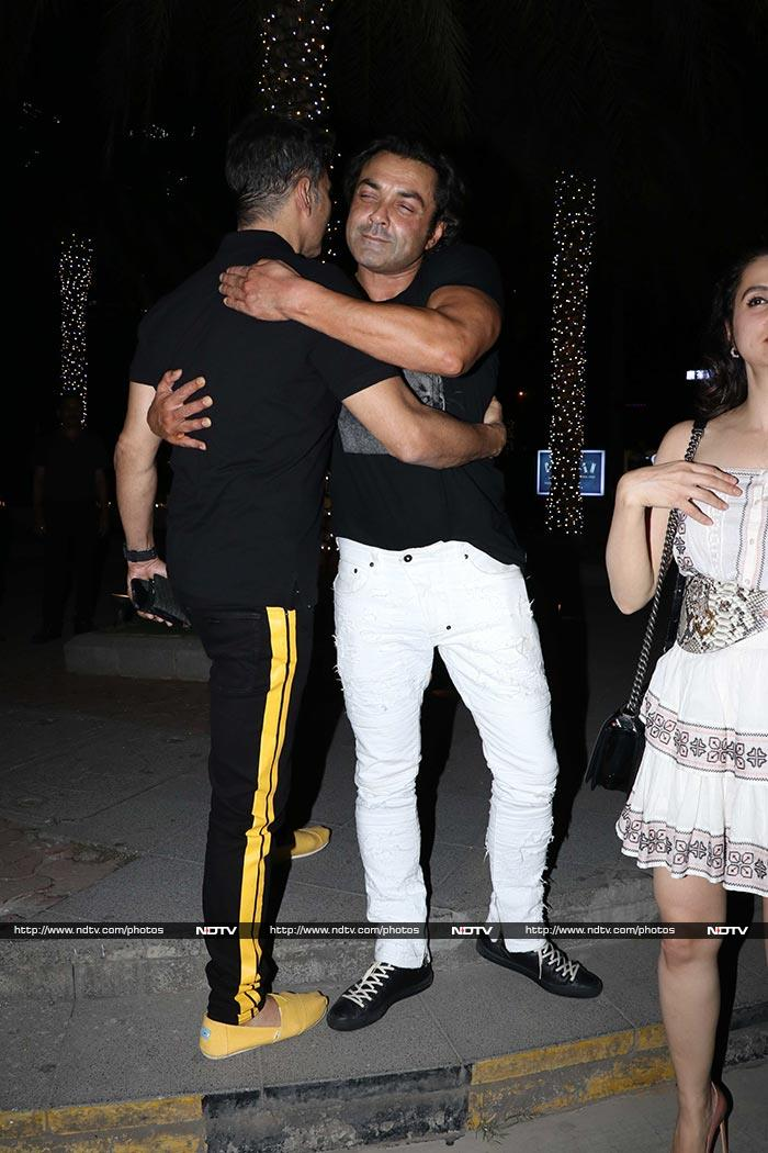 Housefull In Mumbai Restaurant: Akshay Kumar And Twinkle Khanna Spotted With Bobby Deol And Tanya Deol