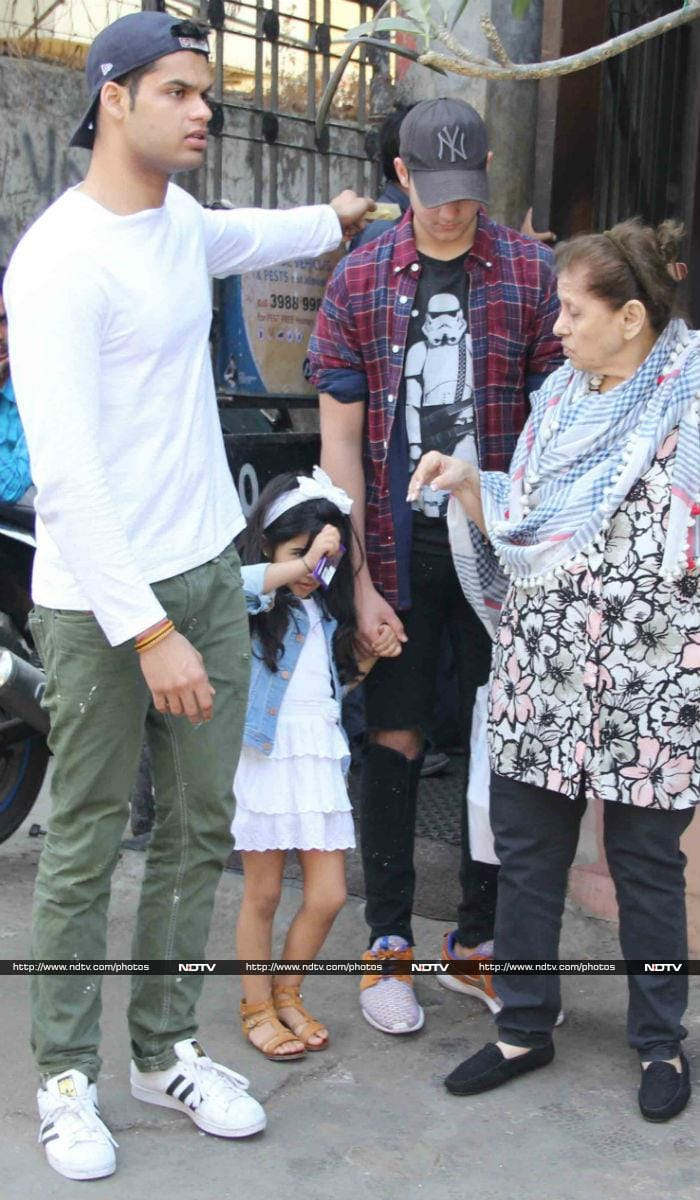 Akshay Kumar, Twinkle Khanna\'s Day Out With Kids