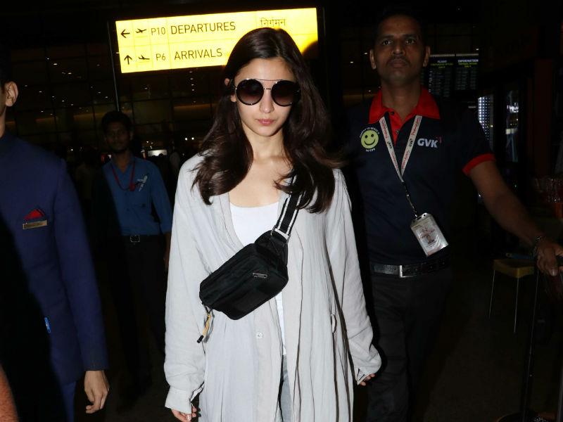 Photo : मुंबई एयरपोर्ट पर कूल अंदाज में स्पॉट हुईं आलिया भट्ट
