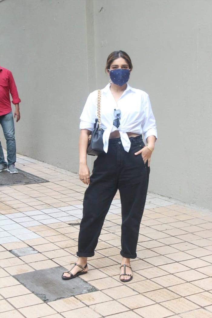 Bhumi Pednekar looked pretty as she posed for the shutterbugs outside filmmaker Tushar Hiranandani\'s house in Bandra.
