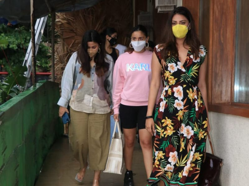 Photo : Alia Bhatt's Day Out With Sister Shaheen And Friends