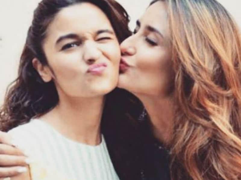 Photo : ये क्या आलिया और करीना में भी हो रहा है 'दोस्ताना'!