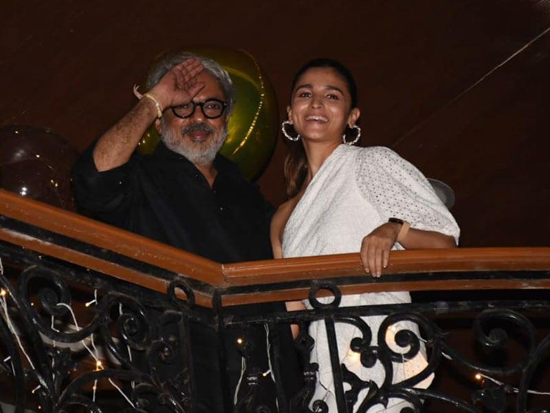 Photo : संजय लीला भंसाली की बर्थडे पार्टी में पहुंचीं आलिया भट्ट