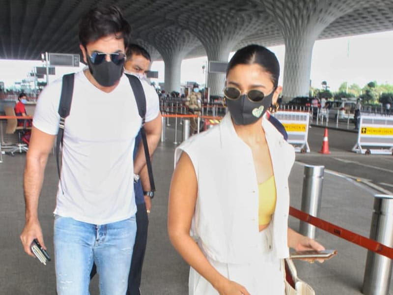 Photo : मुंबई एयरपोर्ट पर एक-साथ स्पॉट किए गए आलिया भट्ट और रणबीर कपूर