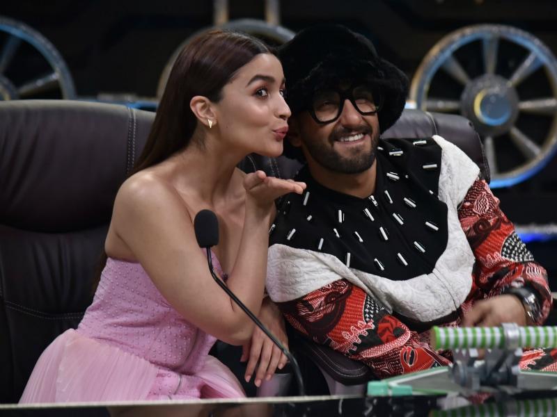 Photo : फिल्म 'गली बॉय' के प्रमोशन के लिए 'द सुपर डांसर' के सेट पर पहुंचे रणवीर-आलिया