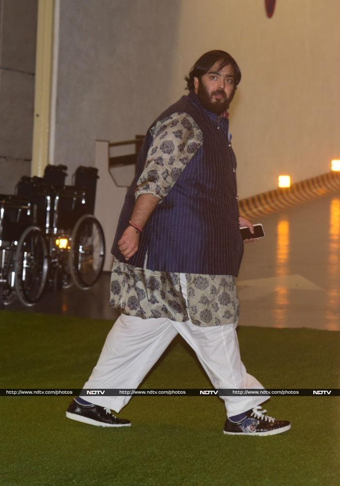 अंबानी की पार्टी में शाहरुख,ऐश्वर्या समेत कई बॉलीवुड स्टार्स आए नजर, देखें तस्वीरें