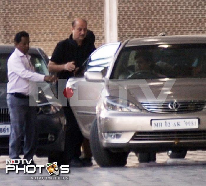 Anupam, Kirron visit Big B at hospital