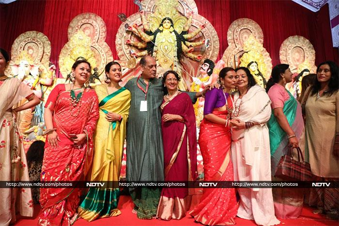 अमिताभ-जया बच्चन ने काजोल और रानी मुखर्जी के साथ कुछ इस तरह मनाई दुर्गा पूजा