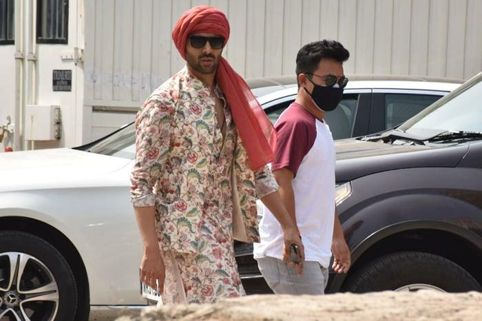 Kartik Aaryan was spotted on the sets of his upcoming film Bhool Bhulaiyaa 2.