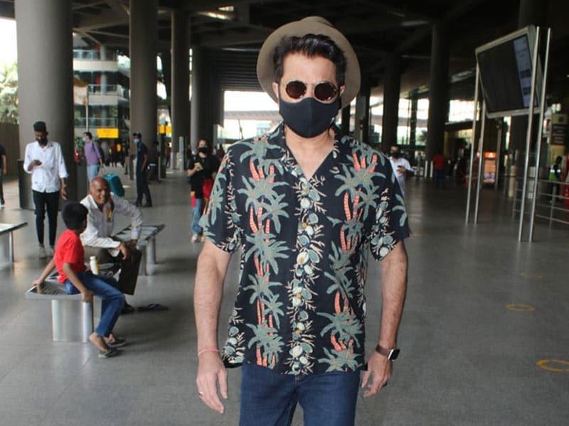 Photo : कुल लुक में एयरपोर्ट पर स्पॉट किए गए अनिल कपूर