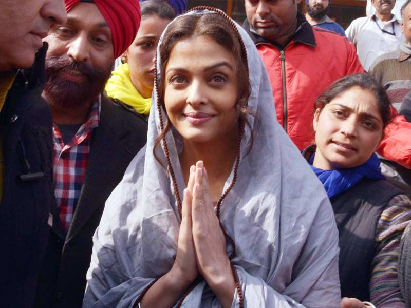Aishwarya Rai Bachchan Prays at The Golden Temple
