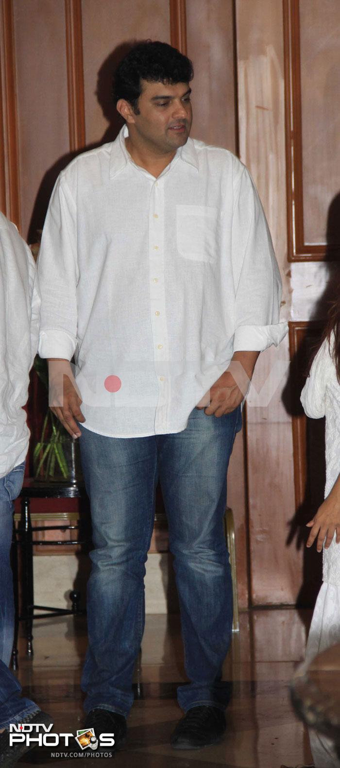 Kareena, Deepika, Vidya at Priyanka\'s father\'s prayer meet