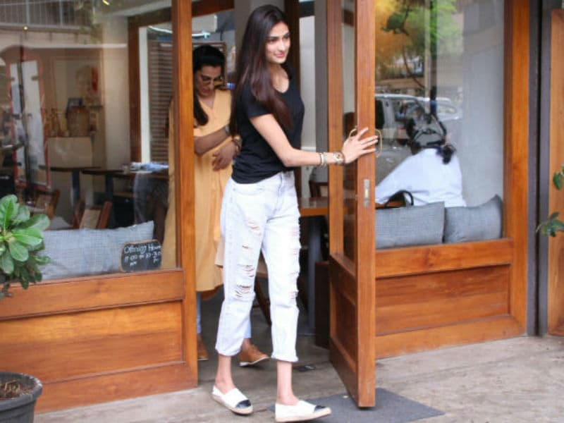 Photo : Athiya Shetty's Day Out With Mom