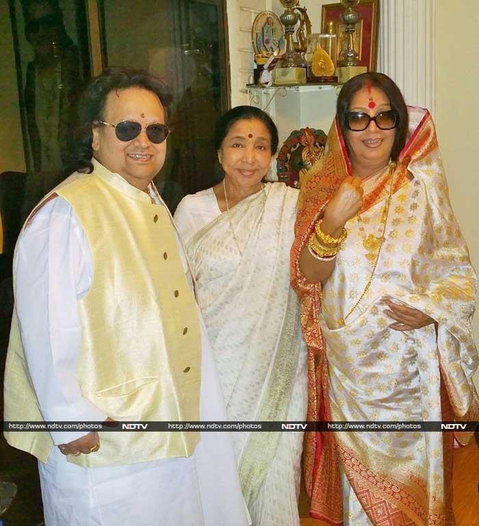 Asha Bhosle Attends Bappi Lahiri\'s Saraswati Puja
